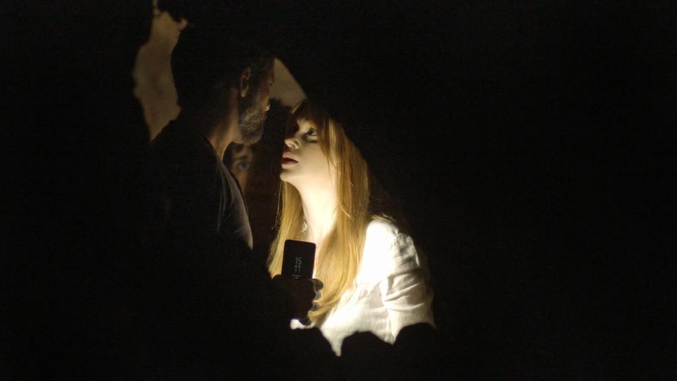 Gabriel (Bruno Gagliasso) fica furioso com Luz (Marina Ruy Barbosa) por não ter sido informado da existência de caverna, em 'O Sétimo Guardião' — Foto: TV Globo