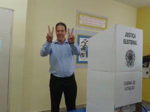 Candidato à Prefeitura de Montes Claros, Ruy Muniz (PSB), votou no Colégio Marista (Foto: Michelly Oda/G1)