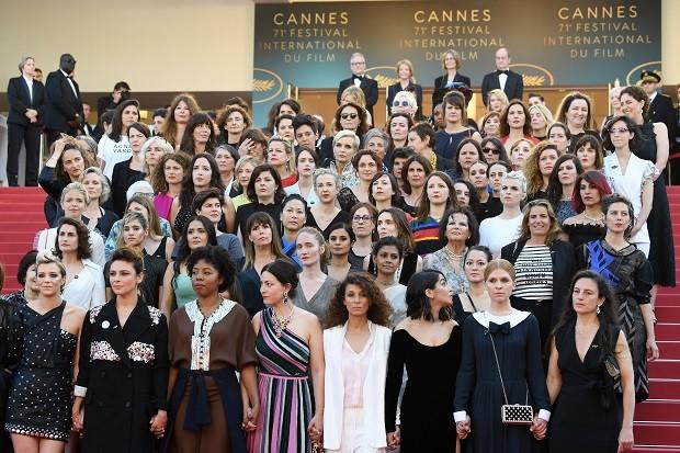 As 82 mulheres reunidas após marcharem juntas no tapete vermelho (Foto: Getty Images)