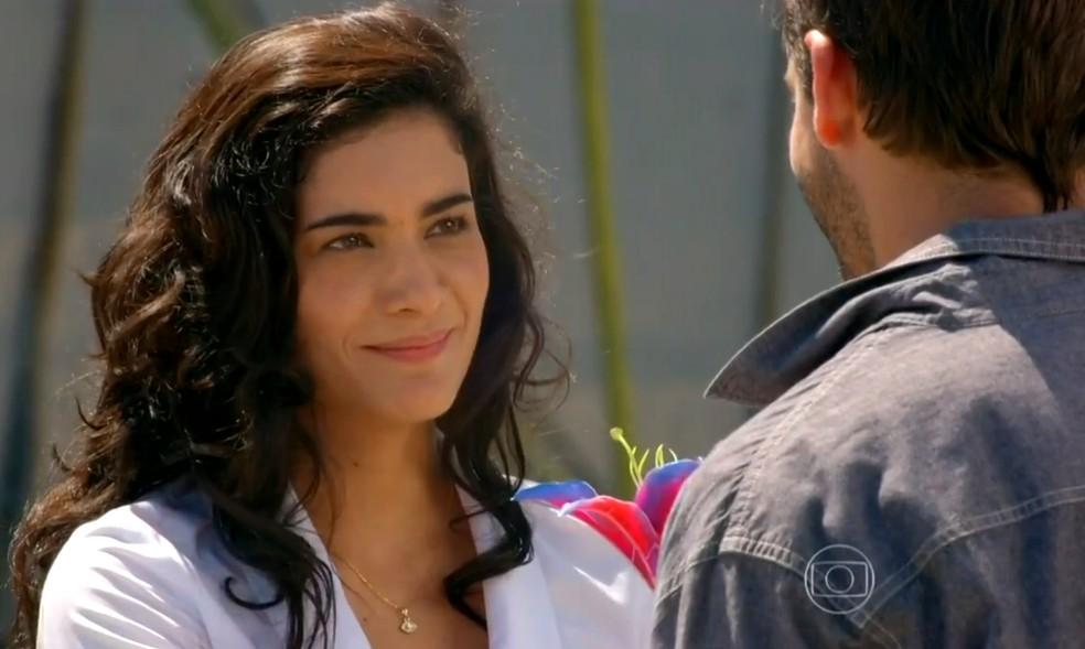 Cristal (Moro Anghileri) vai ao encontro de Cassiano (Henri Castelli) antes de ele partir para o Brasil - 'Flor do Caribe' — Foto: Globo