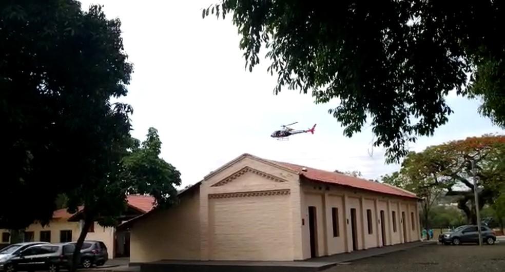 Helicóptero Águia, da PM, durante atendimento a vítima de acidente com Maria Fumaça — Foto: Fernando Carvalho