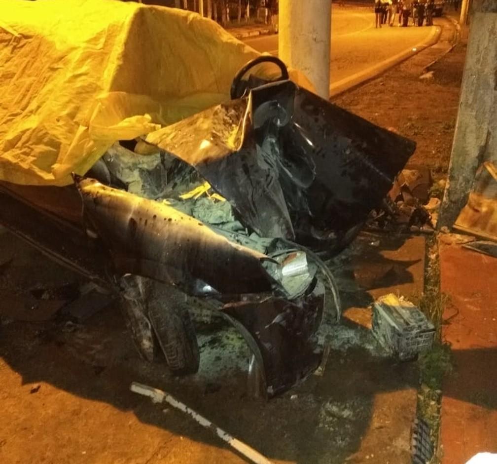 Carro ficou com a dianteira destruída após pancada em Lambari, MG — Foto: Corpo de Bombeiros de Três Corações