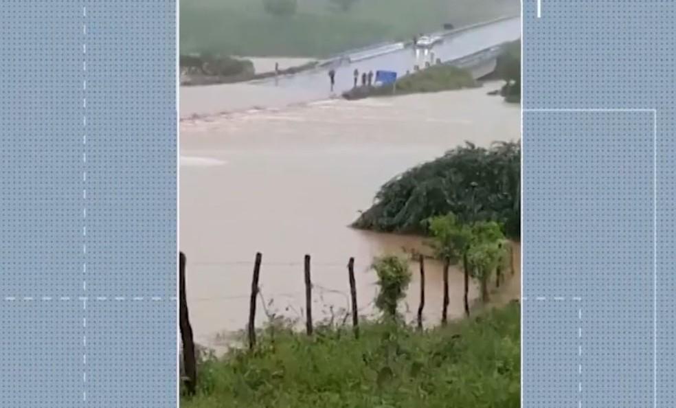 Conforme a Defesa Civil da cidade, o povoado de Quati foi tomado pela lama. — Foto: Reprodução / TV Bahia