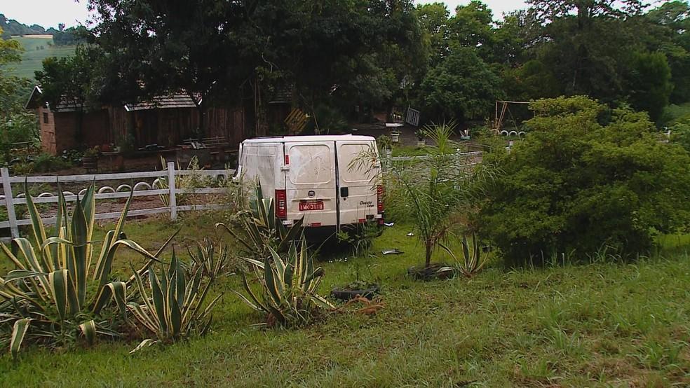 Motorista da van foi hospitalizado com ferimentos leves, diz a PRE — Foto: Reprodução/RBS TV