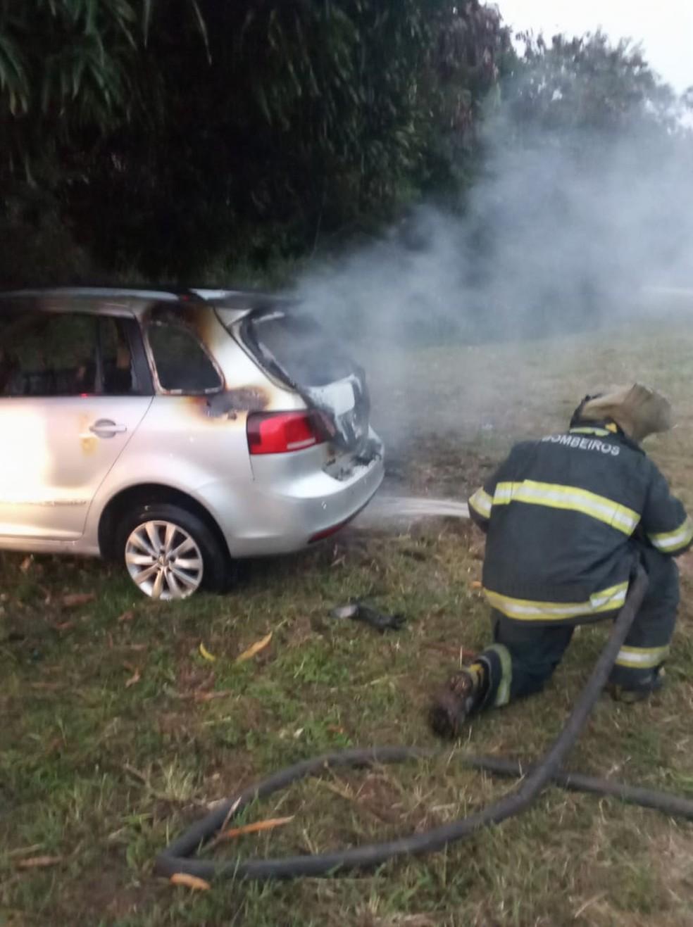 Bombeiros usaram água para apagar fogo de carro movido a GNV em Marechal Deodoro, AL — Foto: Divulgação/Corpo de Bombeiros de Alagoas