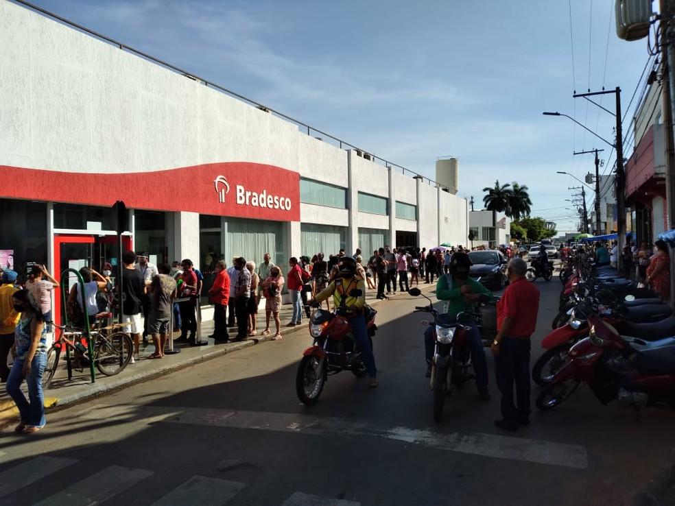 Longa fila de pessoas esperando abertura de banco em Araguaína — Foto: Márcio Novais/TV Anhanguera