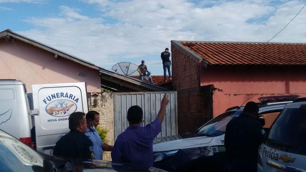 Corpo foi encontrado em cima do telhado de vizinha (Foto: Márcio Rogério/Nova News/Divulgação)