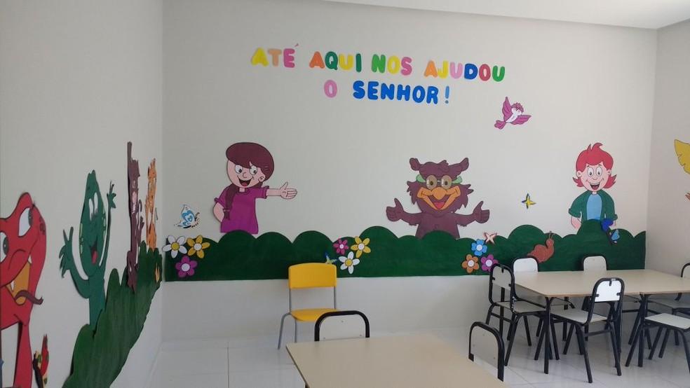 Professoras da creche preparam o espaço para recepção de alunos e pais (Foto: Eliane Santos/Arquivo Pessoal)
