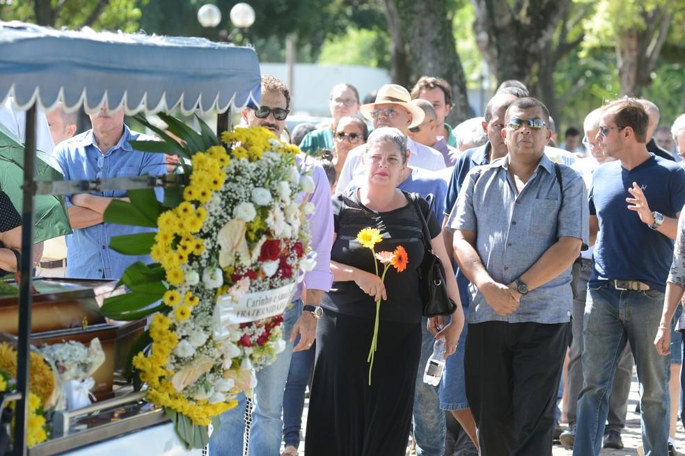 Enterro aconteceu em cemitério na Serra, no Espírito Santo (Foto: Carlos Alberto Silva/A Gazeta)