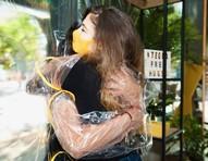 Instalação em São Paulo permite abraço seguro durante a pandemia