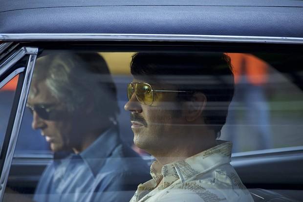 A dupla de atores ficou bem caracterizada, com destaque para os cabelos platinados de DeLorean (Foto: Divulgação)