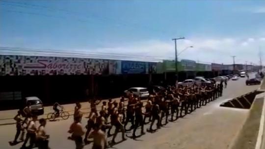 Instrutor da PM é afastado após vídeo de policiais marchando por Luziânia e cantando em apoio a Bolsonaro