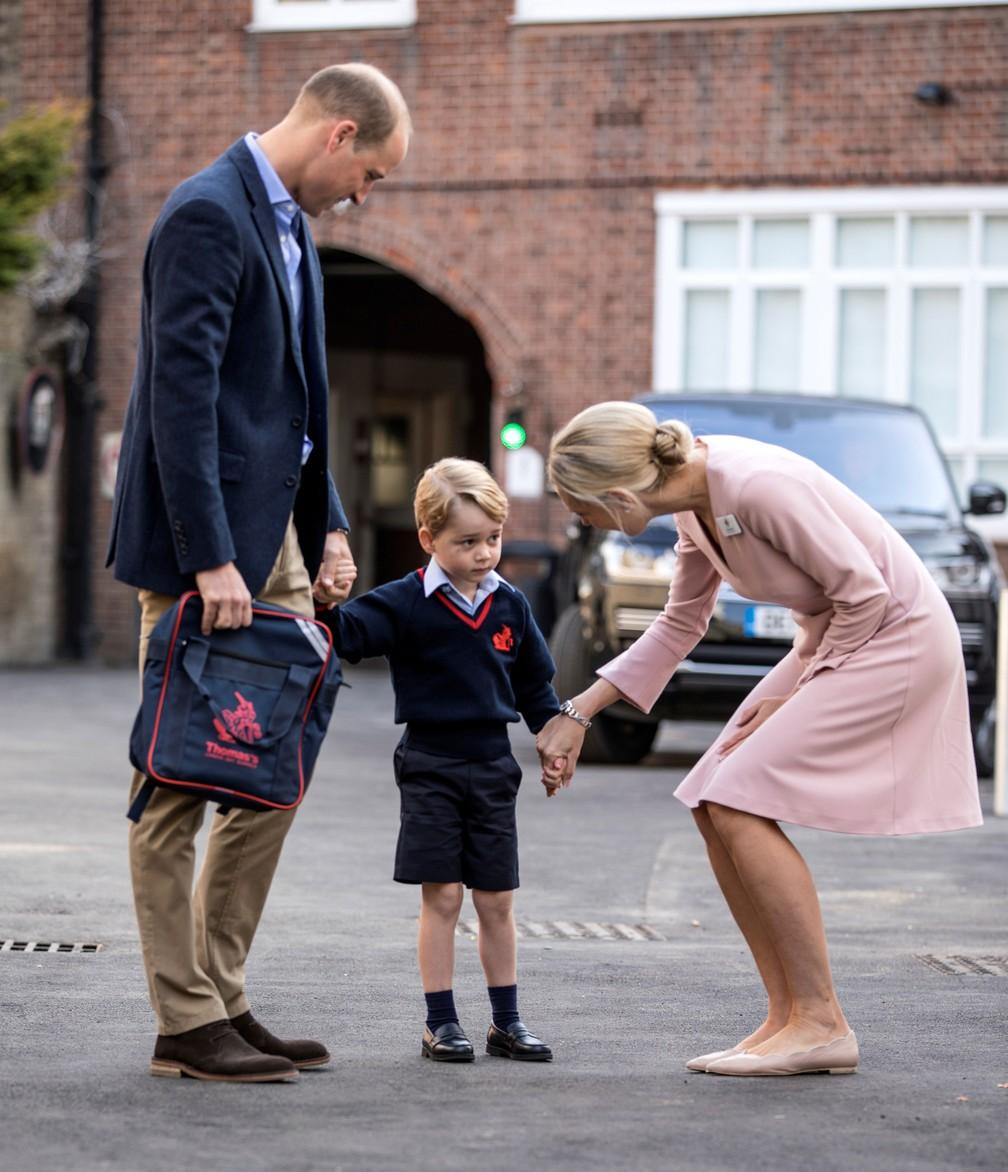 Helen Haslem, diretora da escola em Battersea, conversa com o príncipe George (Foto: Richard Pohle/Pool/Reuters)