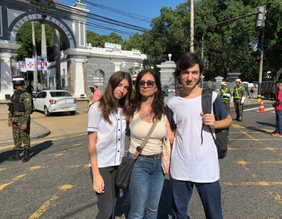 Letícia e os filhos participaram do protesto nesta segunda-feira — Foto: Fernanda Rouvenat/G1 Rio