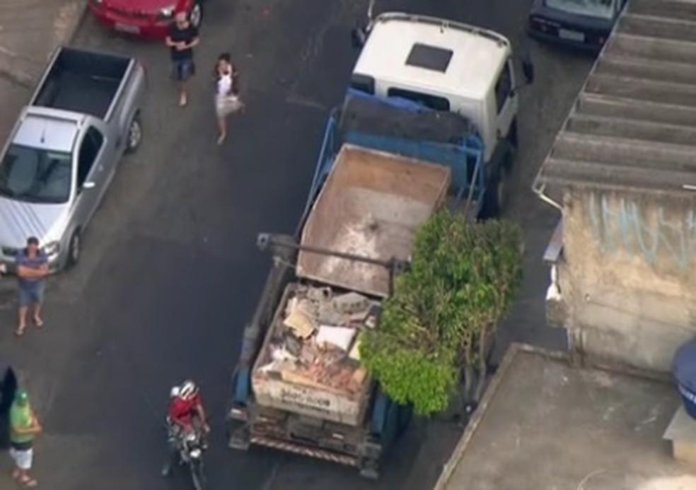Caminhão de onde garoto caiu, em Osasco (Foto: Reprodução/TV Globo)