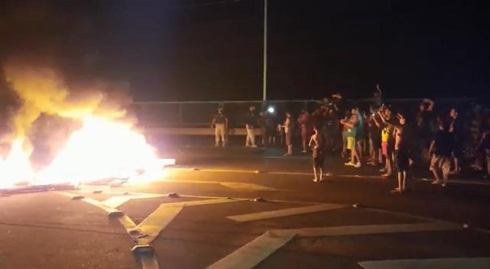 Amapá tem 5ª noite de protestos contra rodízio de energia; um dos atos interditou a BR-210 por cerca de 8 horas — Foto: PM/Divulgação