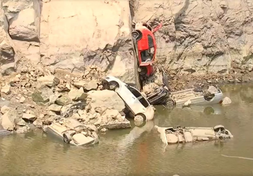 Cerca de 15  carros foram encontrados em pedreira desativada em Salto de Pirapora (SP) — Foto: Reprodução/ TV TEM