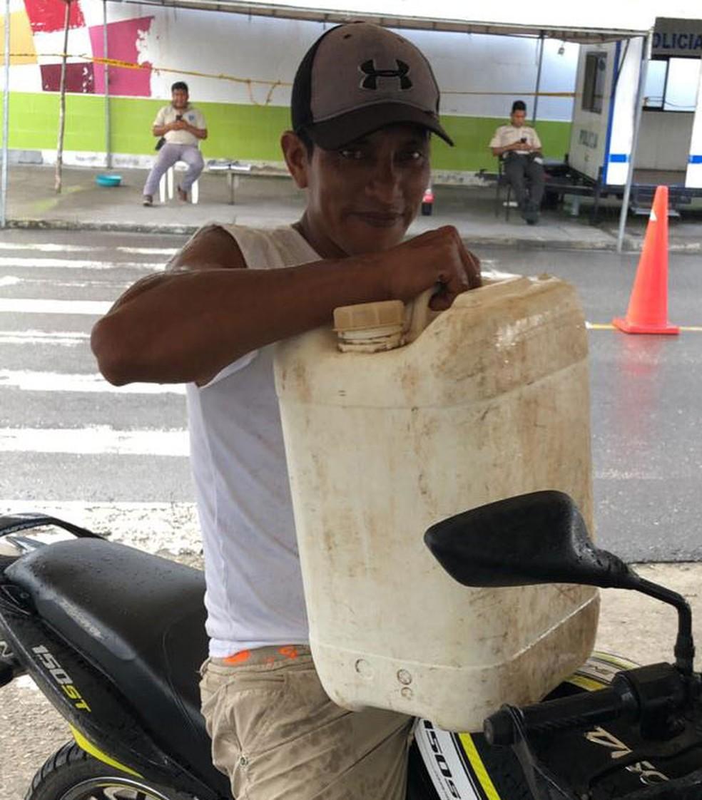 Claudinei e Rodolfo conseguiram comprar apenas um galão de gasolina na Colômbia, antes de cruzar a fronteira com o Equador — Foto: Rodolfo de Medeiros/Arquivo pessoal