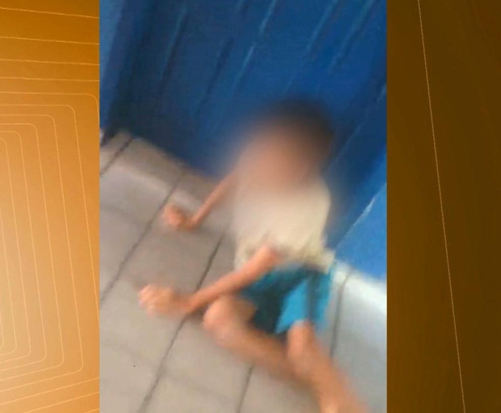 Vídeo mostra criança sendo agredida com chineladas por adolescentes em escola no Sertão da PB (Foto: Reprodução/TV Paraíba)