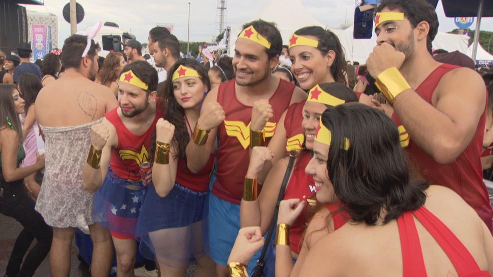 Foliões posam para foto no carnaval em Brasília — Foto: TV Globo/Reprodução
