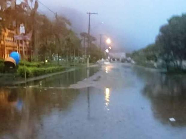 Rua Nilso Soares Ferreira no Centro de Peruíbe ficou cheia de água (Foto: Amilton Pedroso / Arquivo Pessoal)