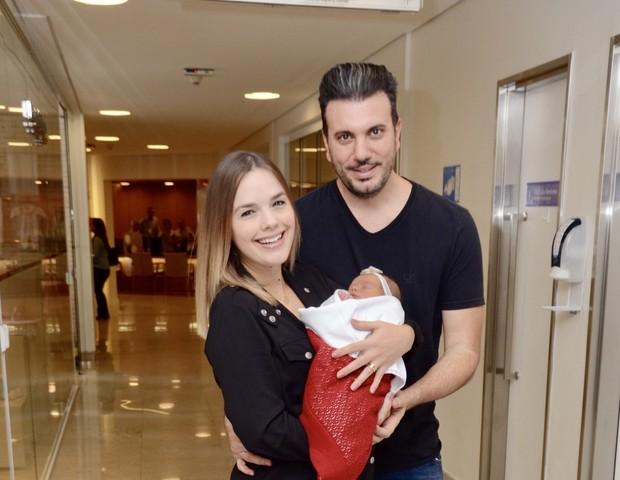 Thaeme com marido e filha (Foto: Eduardo Martins / AGNEWS )
