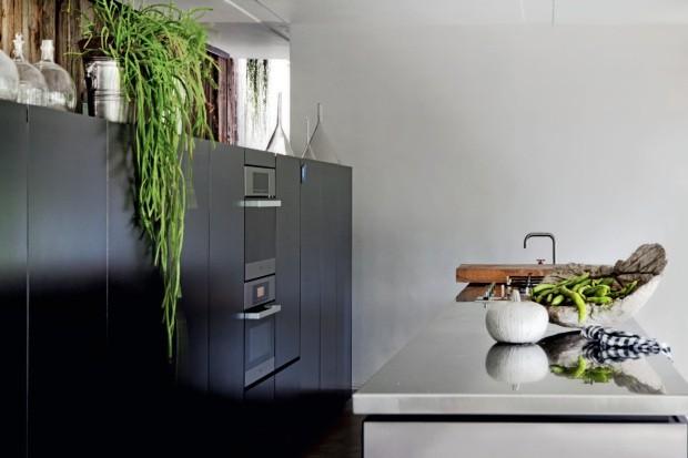 """Cozinha Plantada em jardineiras no segundo andar, a vinha-canadense forma uma """"cortina-verde"""" na área (Foto: Alessandra Ianniello / Living Inside)"""