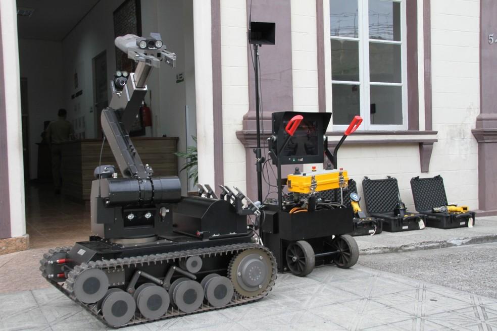Robô especializado na identificação e desarme de bombas — Foto: Polícia Militar/Divulgação