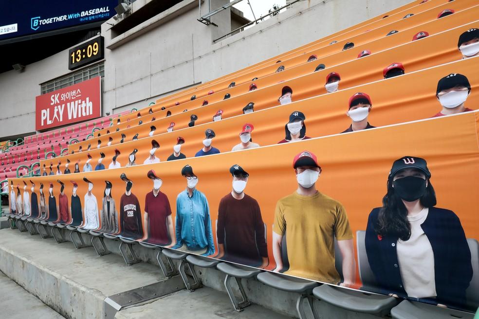 Mesmo nas faixas, as imagens dos torcedores eram com máscaras de proteção facial — Foto: Chung Sung-Jun/Getty Images