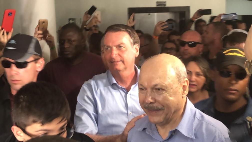 Jair Bolsonaro na chegada à Vila Belmiro ao lado do presidente do Santos, José Carlos PeresSan — Foto: Gabriel dos Santos