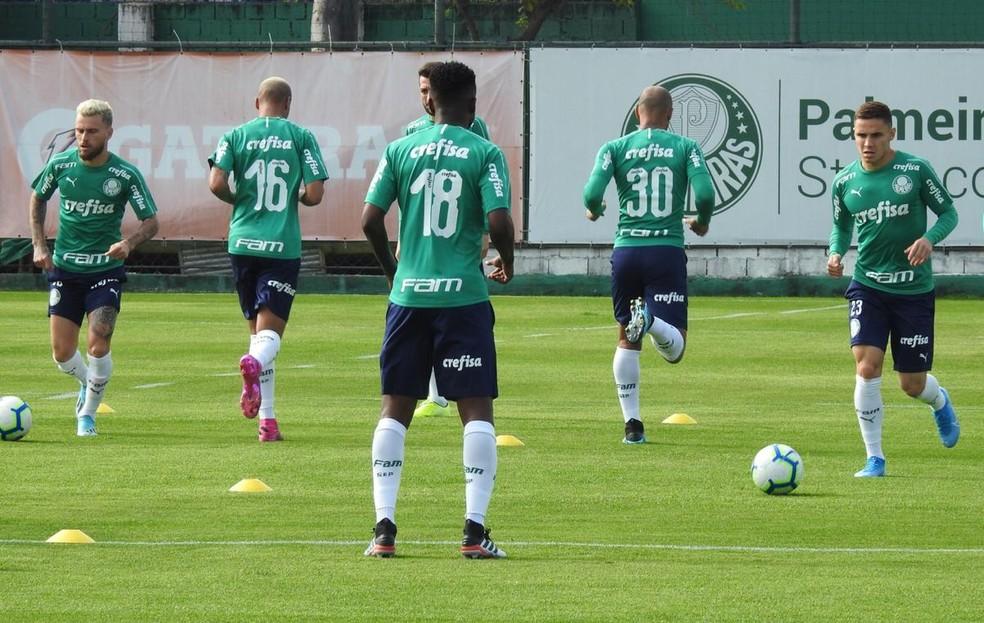 Jogadores que não foram titulares diante do Grêmio treinaram em campo nesta quarta-feira — Foto: Felipe Zito