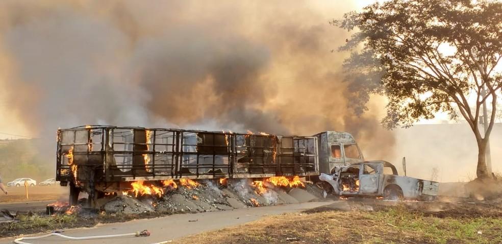 Veículos pegaram fogo em Olímpia — Foto: Arquivo Pessoal