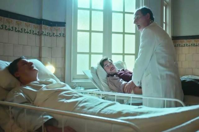 Antonio Calloni e Nicolas Prattes em cena como Júlio e Alfredo em 'Éramos seis' (Foto: TV Globo)