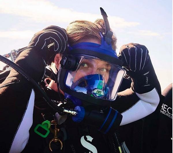 A lutadora de MMA Ronda Rousey durante o programa em que mergulha com tubarões (Foto: Instagram)