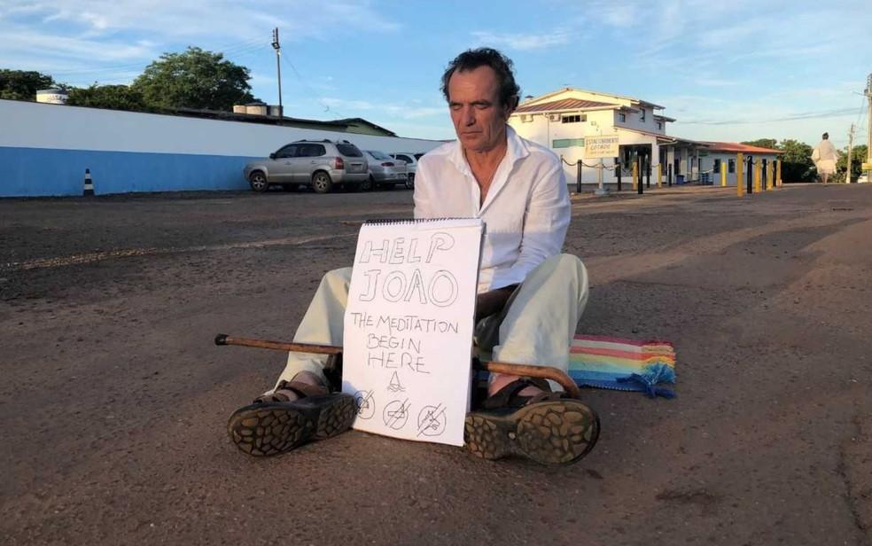 Turista estrangeiro faz protesto a favor de João de Deus na Casa Dom Inácio de Loyola, em Goiânia, Goiás — Foto: Murillo Velasco/ G1