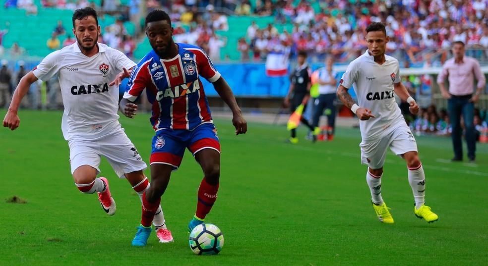 ... Mendoza disputa bola com Yago no Ba-Vi deste domingo — Foto  Marcelo  Malaquias c745cb95b0e99