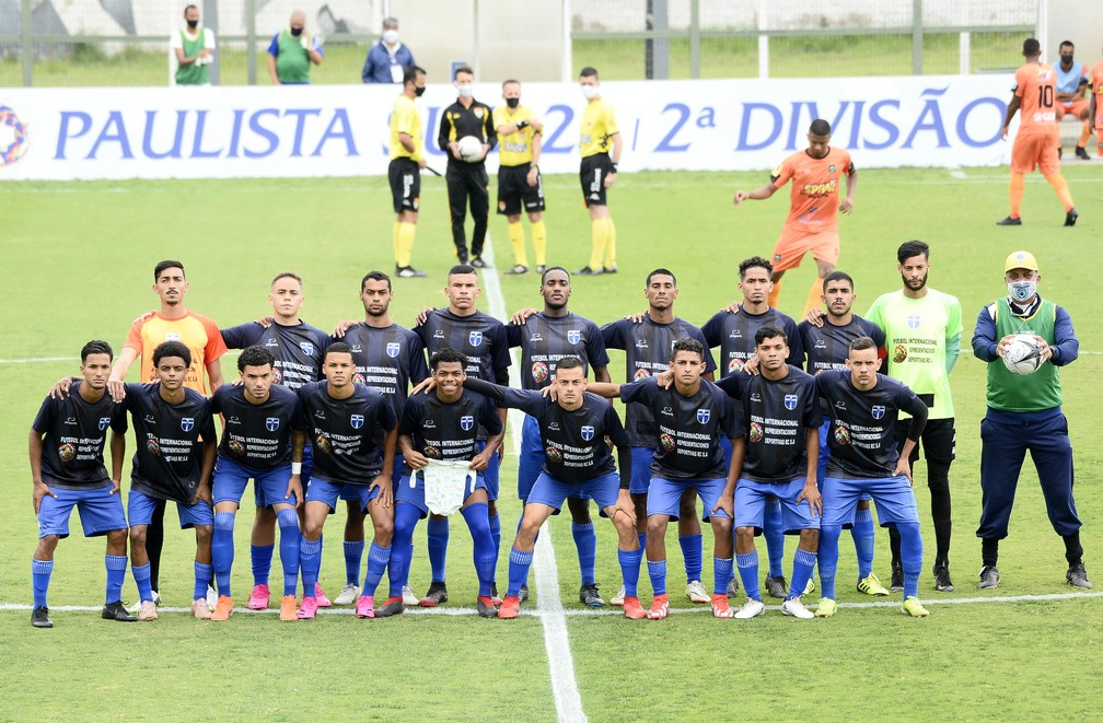 Jogadores do Atlético Mogi antes da partida contra o Manthiqueira — Foto: Marcos Ribolli