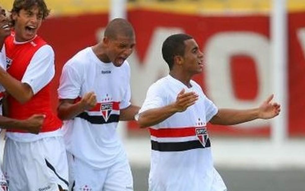 Rodrigo Caio e Willian Arão comemoram gol de Lucas Moura, em 2010 — Foto: Arquivo