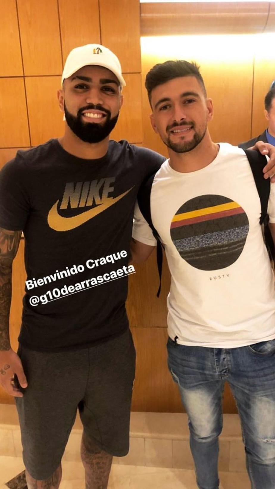 Primeira tabela: Gabigol recepciona Arrascaeta em hotel no Rio: