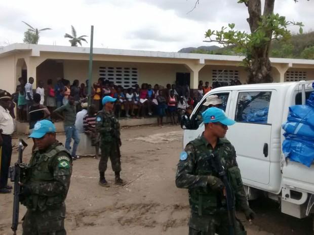 Desabrigados foram concentrados em escolas para receber ajuda humanitária. (Foto: BBC/Minustah)