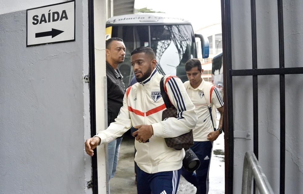 Reinaldo em chegada ao Morumbi — Foto: Marcos Ribolli
