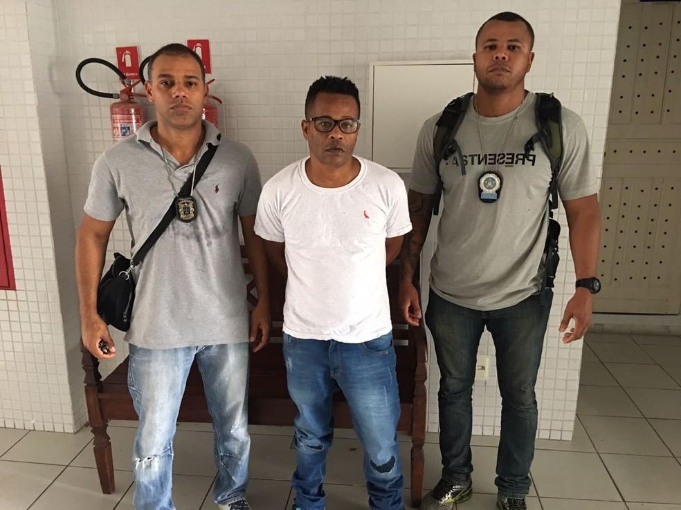 Crânio entre dois policiais após ser preso em Salvador (Foto: Divulgação/ Polícia Civil)