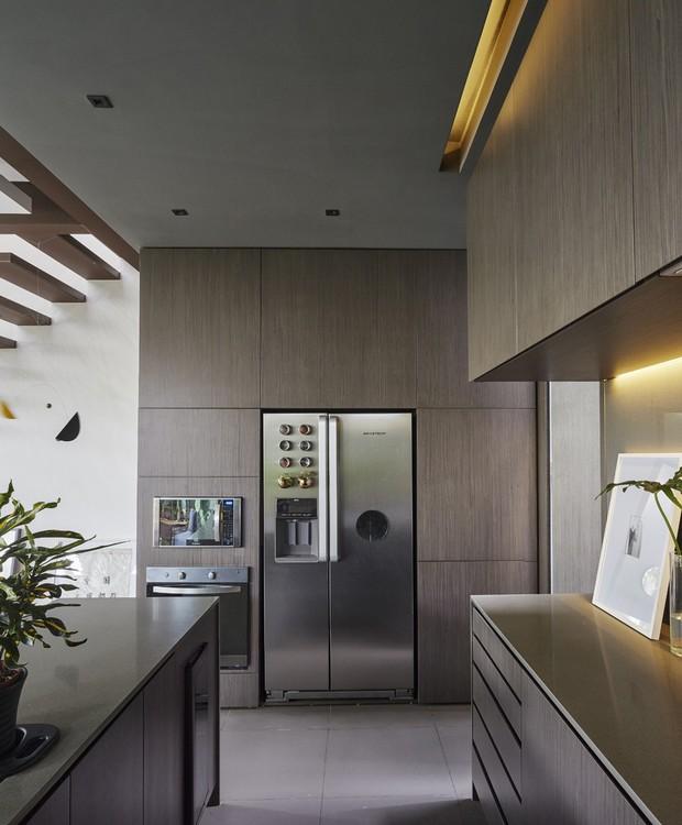 No detalhe, a disposição funcional da cozinha (Foto: Pedro Kok)
