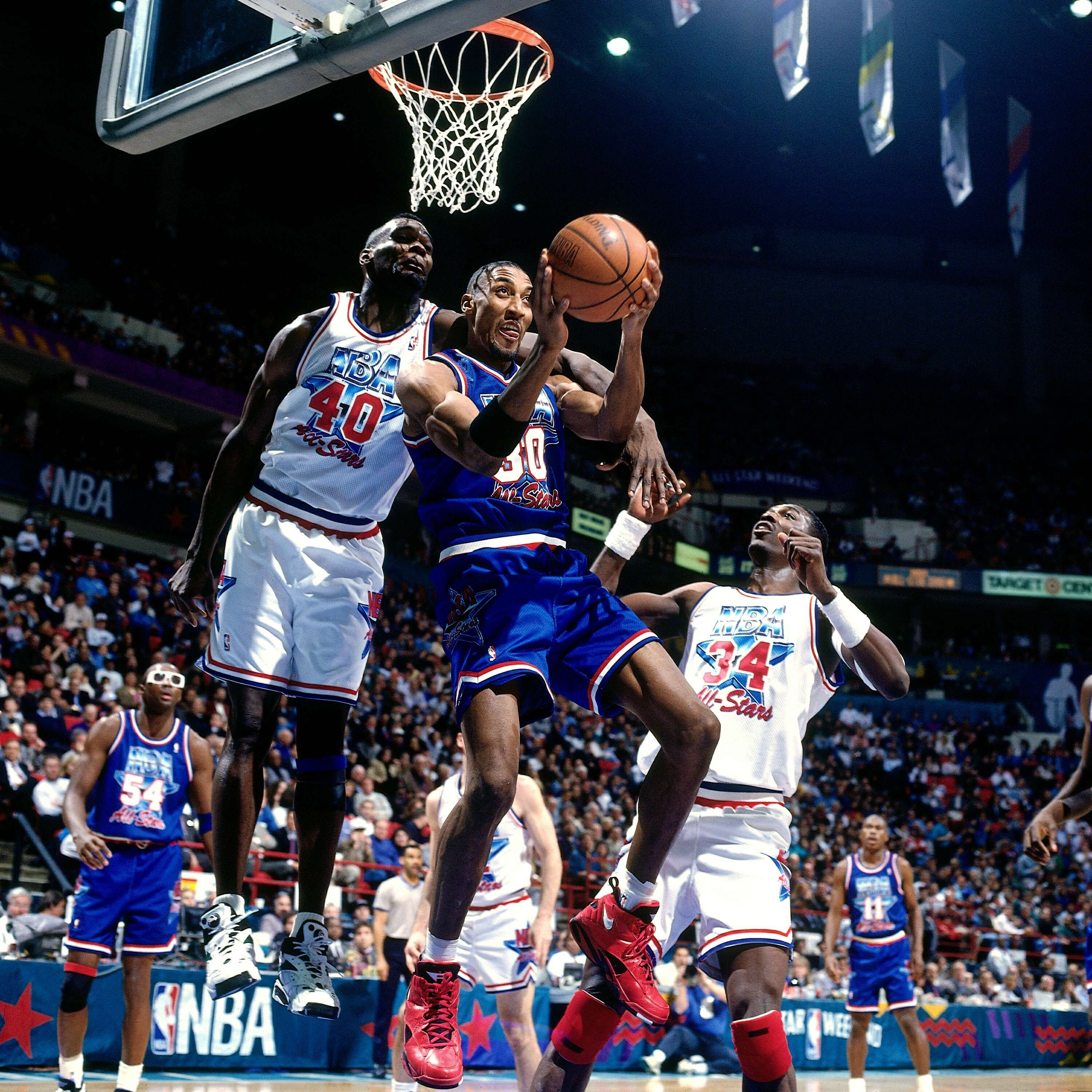 MINNEAPOLIS, MN - FEBRUARY 13:  Scottie Pippen #30 of the Eastern Conference All Stars shoots against Shawn Kemp #40 of the Western Conference All Stars during the 1994 NBA All Star Game played on February 13, 1994 at the Target Center in Minneapolis, Min (Foto: NBAE/Getty Images)