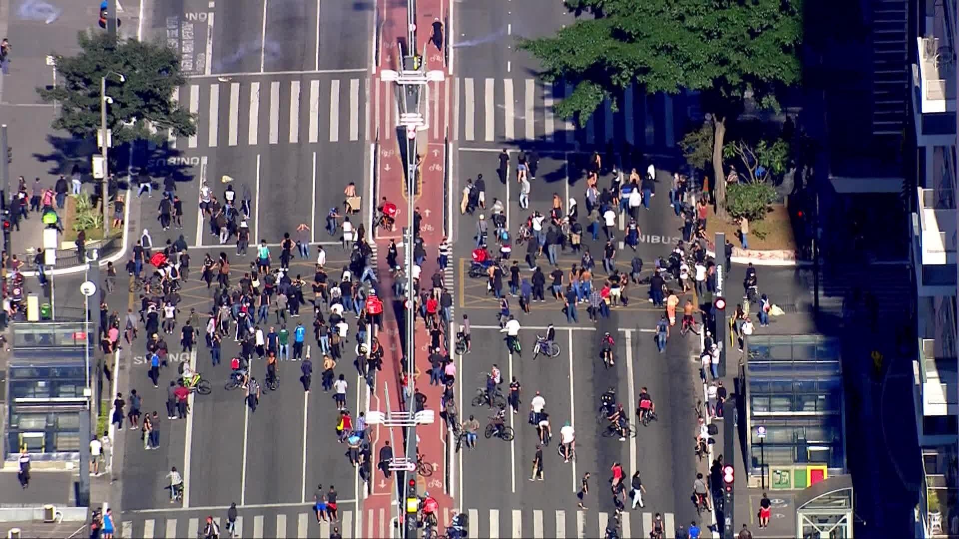 Seis pessoas são presas durante confronto entre manifestantes pró-democracia, bolsonaristas e PM na Avenida Paulista
