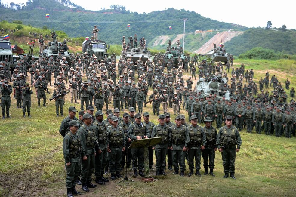 O ministro da Defesa da Venezuela, Vladimir Padrino Lopez, concede coletiva de imprensa nesta segunda-feira (14) rodeado de tanques de guerra e centenas de soldados armados no complexo militar de Fuerte Tiuna, em Caracas (Foto: FEDERICO PARRA / AFP)