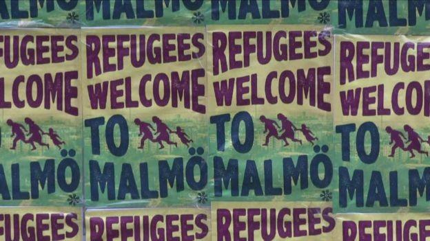 Cartazes são as boas vindas a refugiados na cidade de Malmo, na Suécia: Índices de estupro no país atingiram seu pico em 2014, antes da chegada da grande onda de refugiados (Foto: BBC)