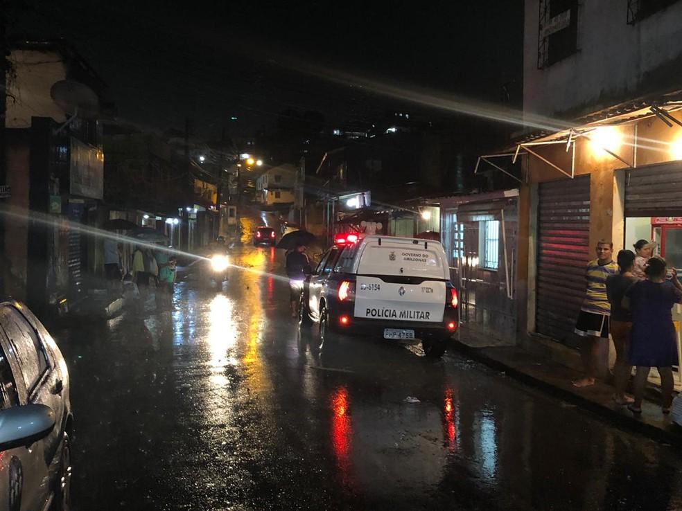Corpo foi encontrado em igarapé na Rua Berimbau Baiano, bairro Zumbi — Foto: Rickardo Marques/G1 AM