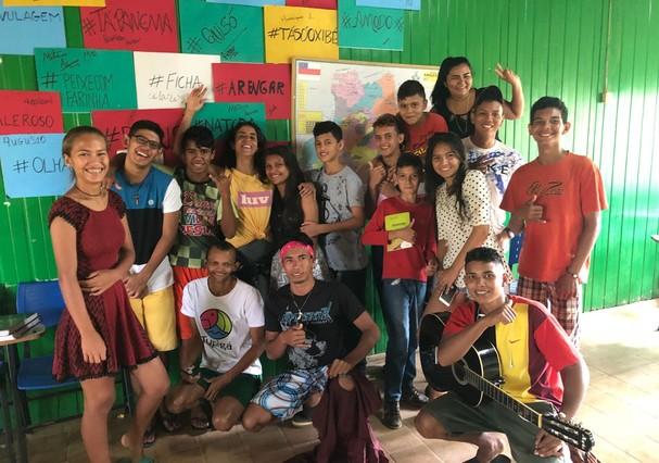 A jornalista Mariana Sodré com os jovens de Careiro Castanho, no Centro de Saberes da Floresta da Casa do Rio  (Foto: Divulgação/Mariana Sodré)