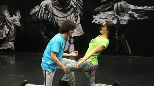 Fiuk e Érica Rodrigues mostram sintonia em brincadeira nos bastidores do 'Dança dos Famosos'